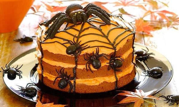 Bolo de Halloween com massa laranja e aranhas