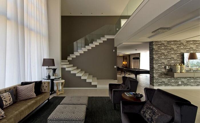 Sala com escada branca e vidro transparente