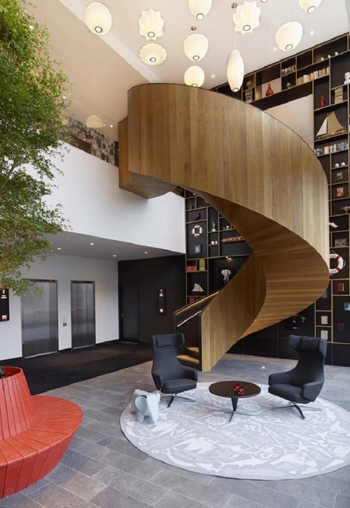 Sala com escada caracol deslumbrante