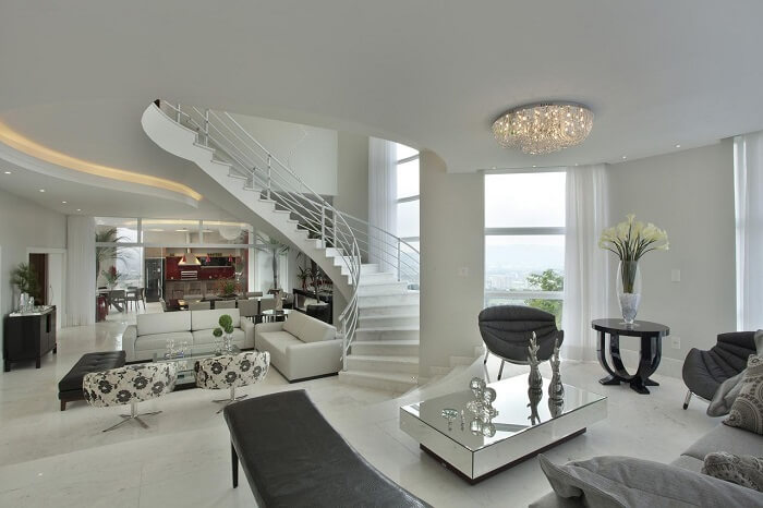 Sala com escada central encanta a decoração do cômodo