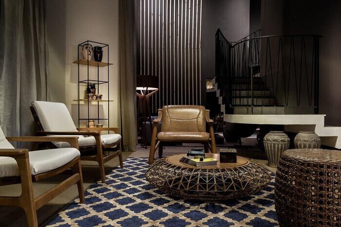 Sala com escada de ferro encanta a decoração deste ambiente