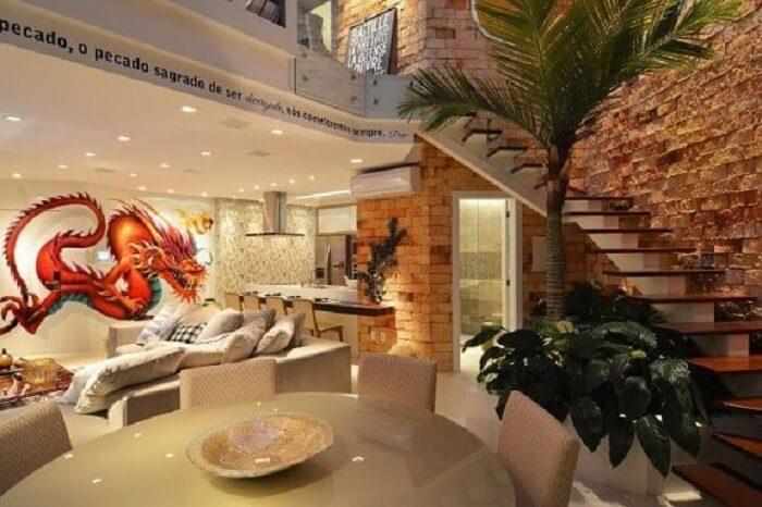 Sala com escada de madeira e cozinha americana