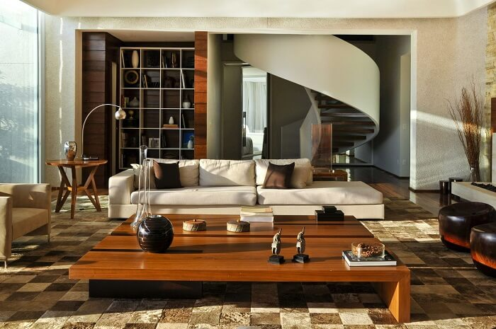 Sala com escada de madeira e tapete de couro