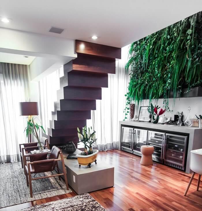 Sala com escada de madeira flutuante