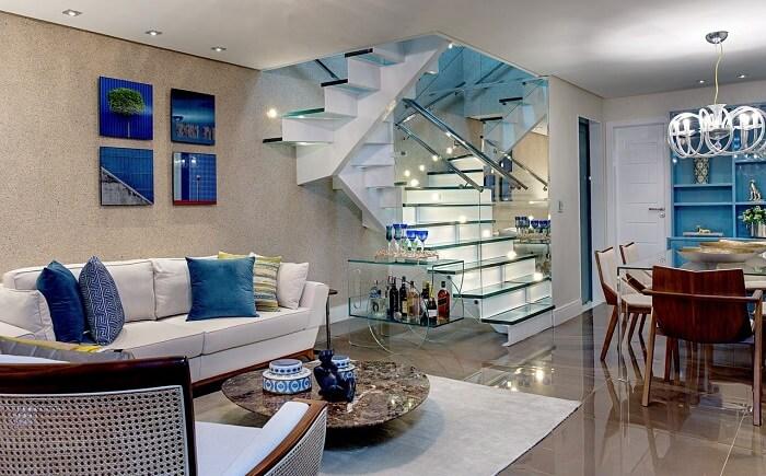 Sala com escada deslumbrante e guarda corpo de vidro
