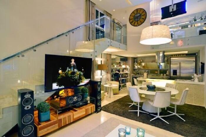 Sala com escada e cozinha americana aconchegante