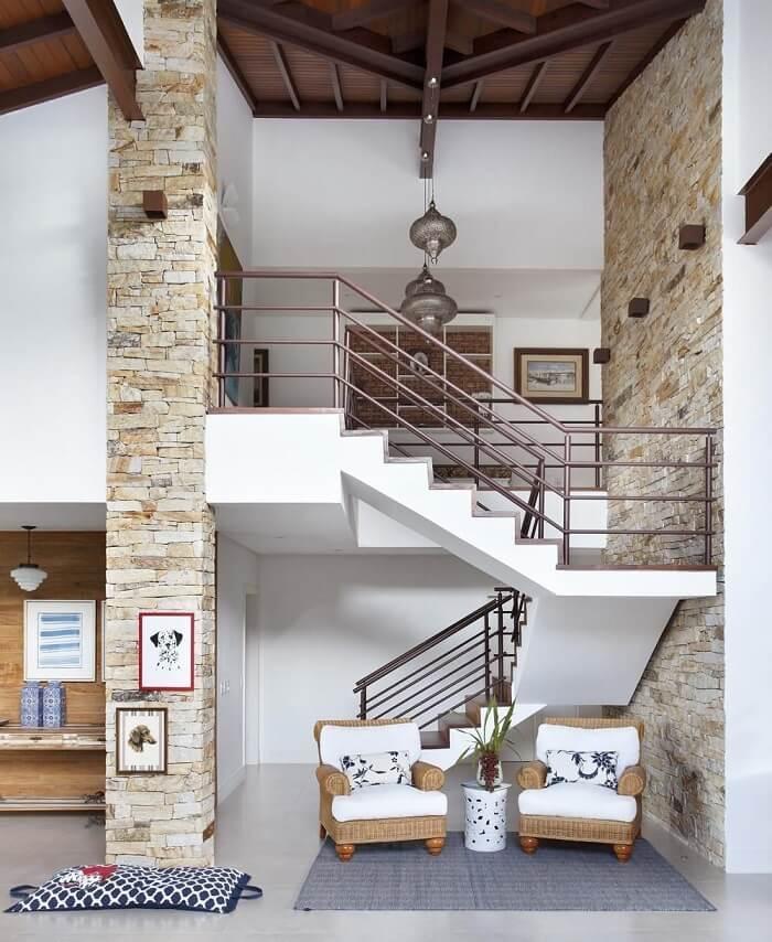 Sala com escada e parede tijolinhos
