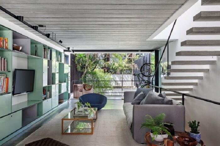 Sala com escada flutuante conta com uma boa iluminação natural