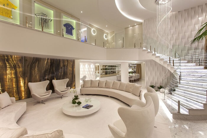 Sala com escada iluminada traz ainda mais sofisticação ao ambiente