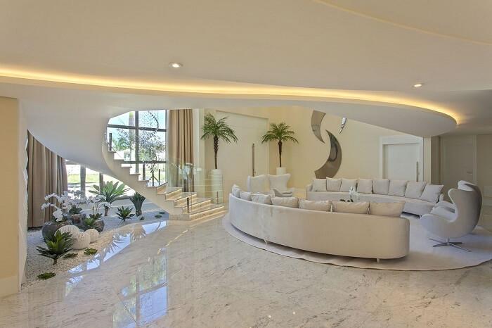 Sala com escada caracol encanta a decoração
