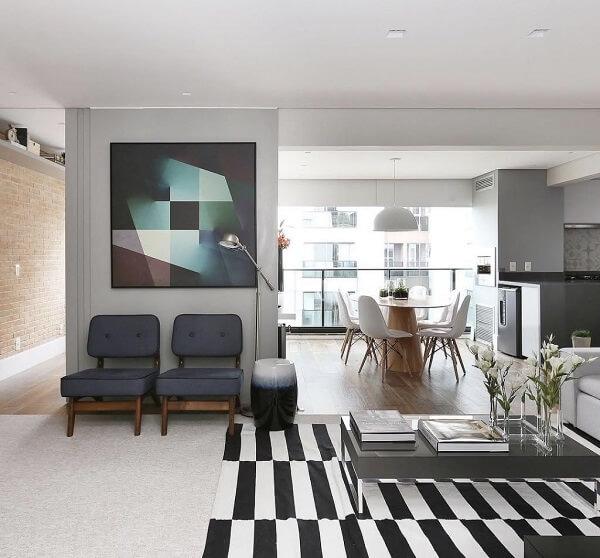 Sala de estar clean com tapete preto e branco listrado