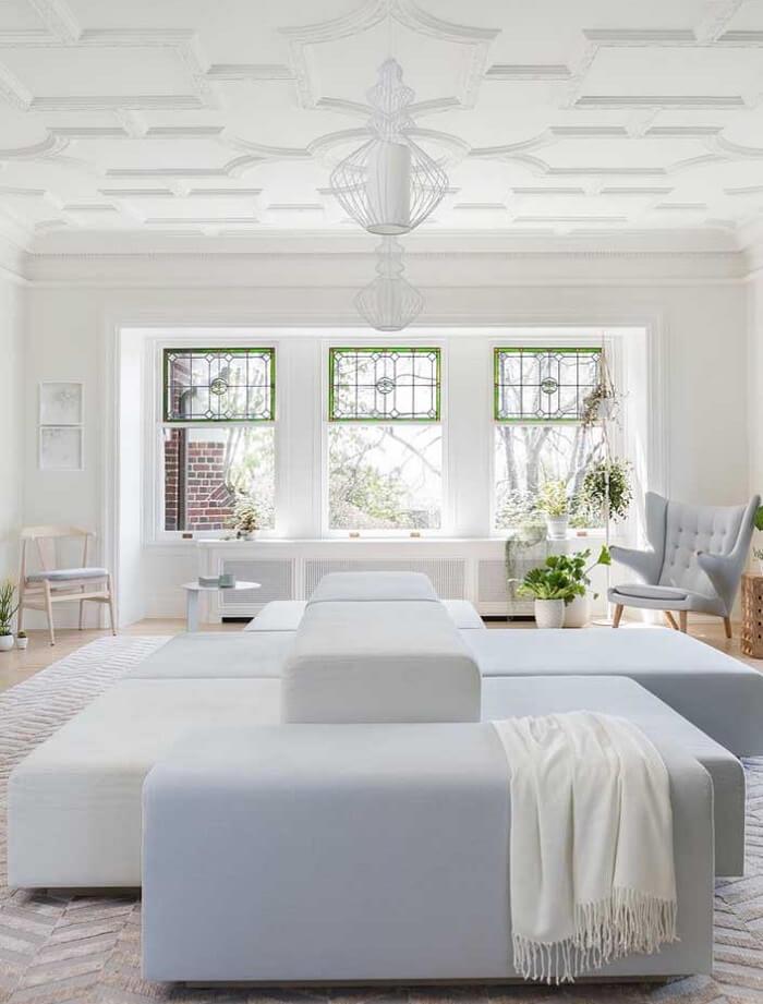 Sala de estar clean com teto feito com placa de gesso 3D