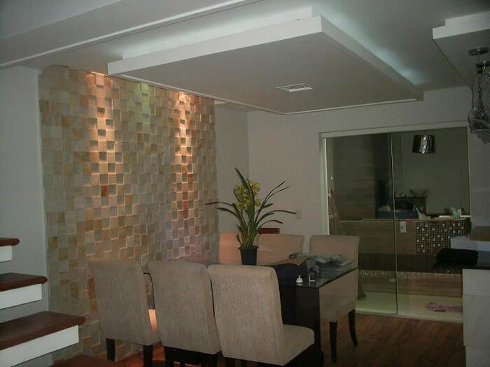 Sala de estar com Pedra São Tomé amarela