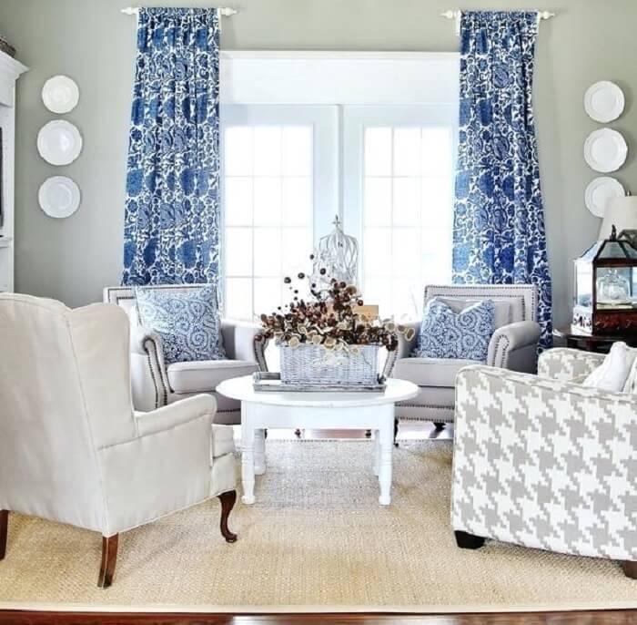 Sala de estar com cortinas estampadas e tapete sisal