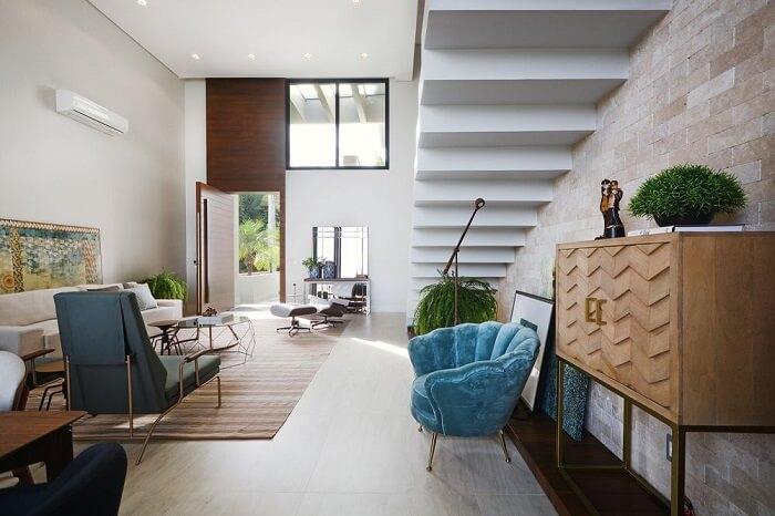Sala com escada branca flutuante
