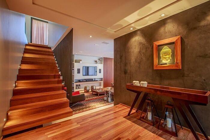 Sala de estar com escada de madeira