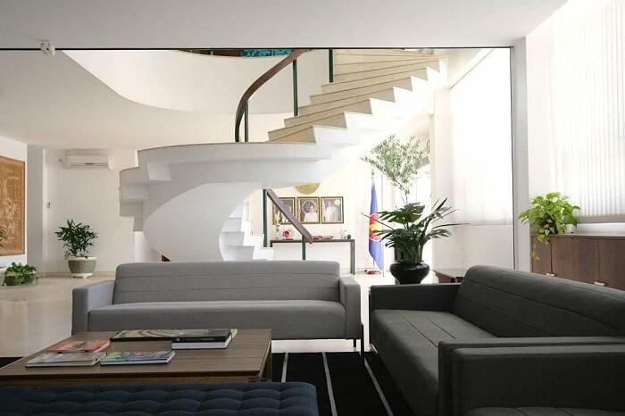 Sala de estar com escada em caracol