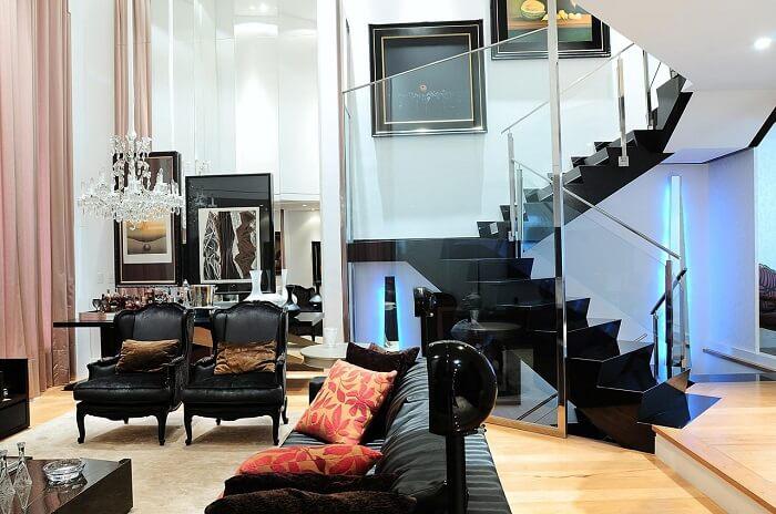 Sala de estar com escada preta encanta a decoração do espaço