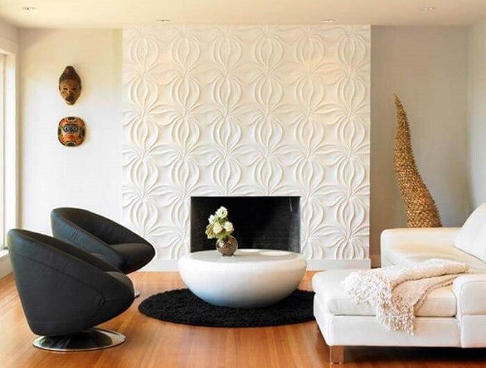 Sala de estar com lareira revestida em placa de gesso 3D