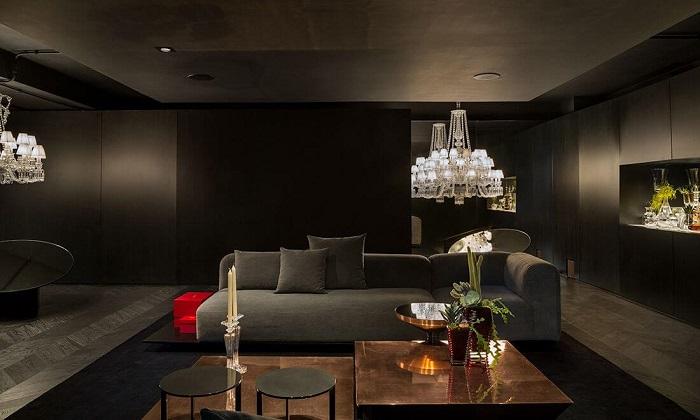Sala de estar com lustre de cristal e Chaise