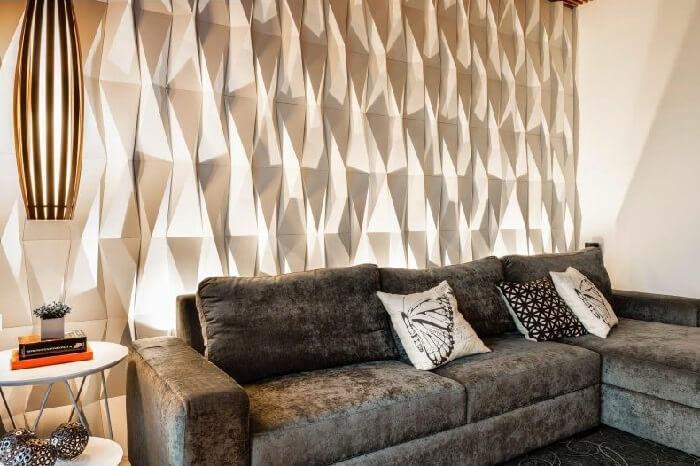 Sala de estar com parede revestida com placa de gesso 3D origami