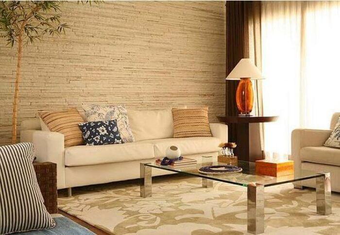 Sala de estar com parede revestida por pedra São Tomé