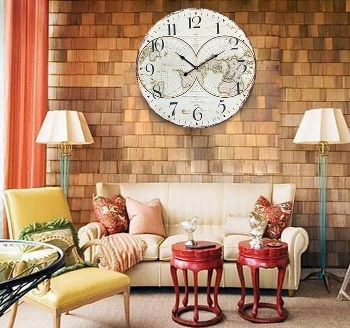 Sala de estar com relógio de parede retrô feito em madeira