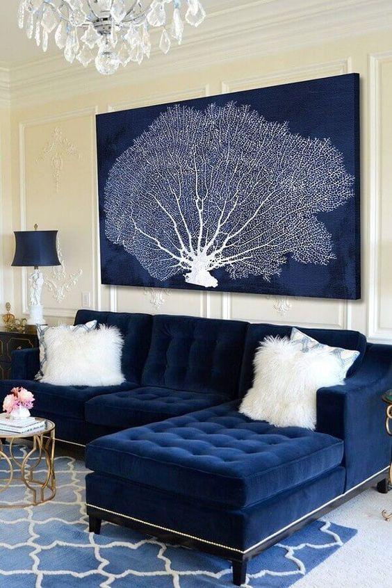 Sala de estar com sofá azul marinho