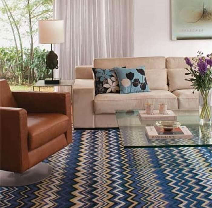 Sala de estar com tapete sisal colorido com nuances de tons de azul, branco, preto e bege