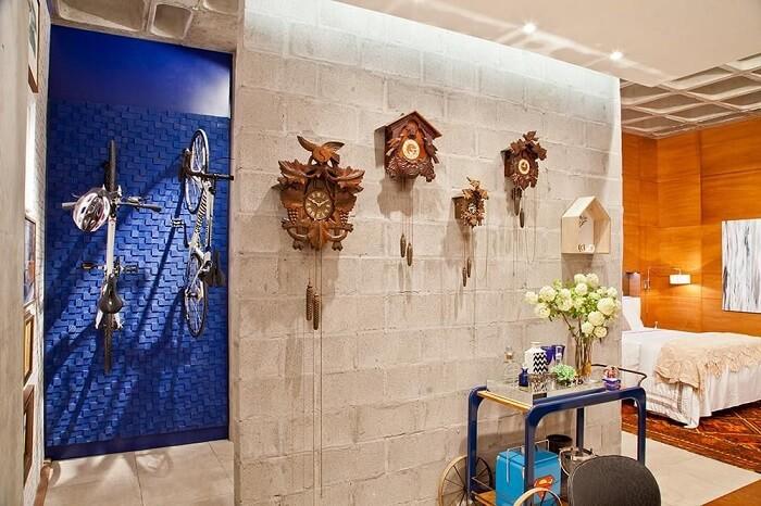 Sala de estar com vários modelos de relógio de parede feitos em madeira