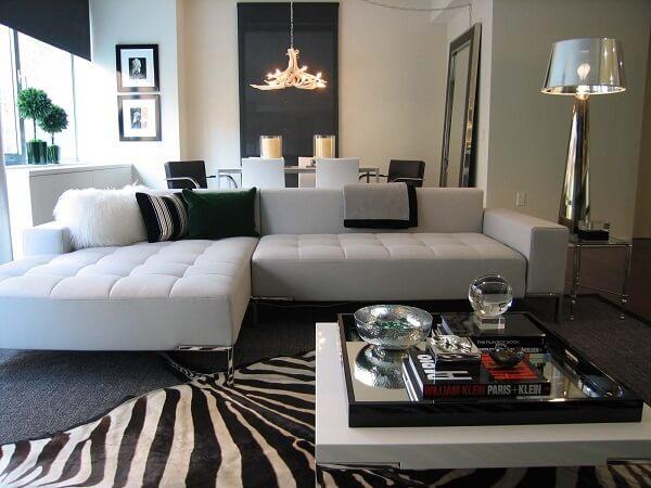 Sala de estar minimalista com tapete preto e branco animal print