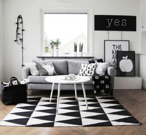 Sala de estar minimalista com tapete preto e branco