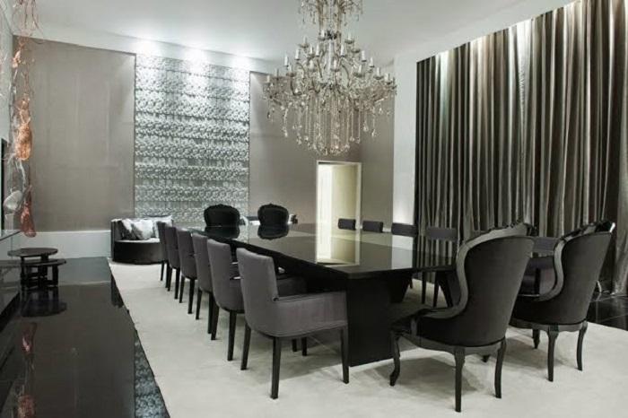 Sala de jantar com lustre de cristal e espelho