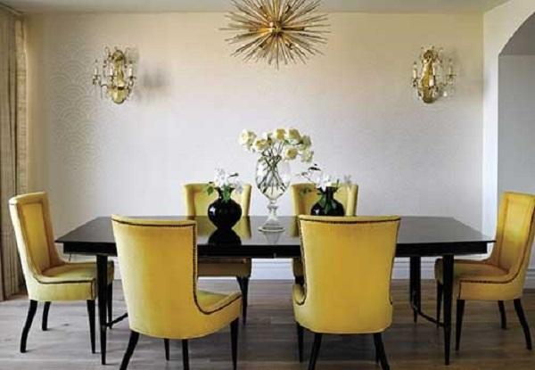 Sala de jantar com mesa preta e cadeira amarela
