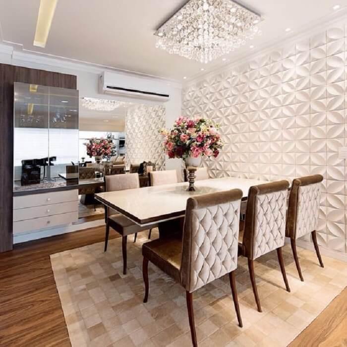 Sala de jantar com parede revestida com placa de gesso 3D