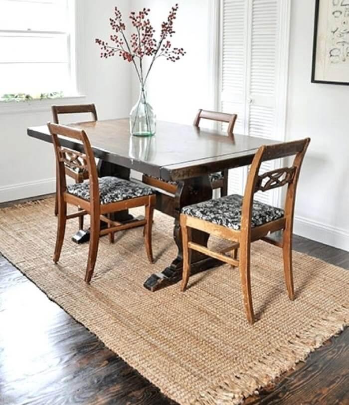 Sala de jantar com tapete sisal retangular com franjinhas