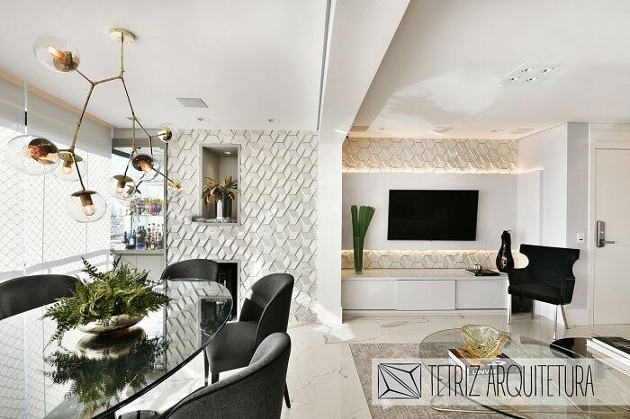 Sala de jantar e sala de estar integrada com parede revestida por placa de gesso 3D