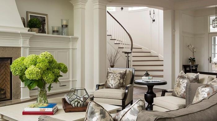 Sala pequena com escada de canto