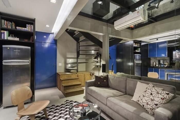 Sala pequena com escada de madeira e metal