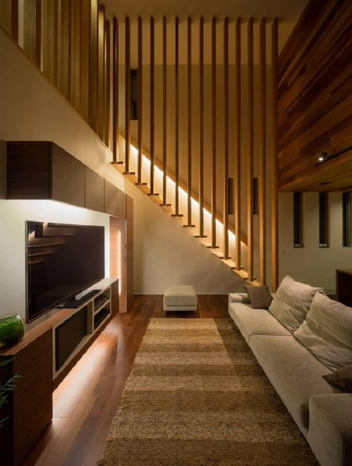 Sala pequena com escada de madeira