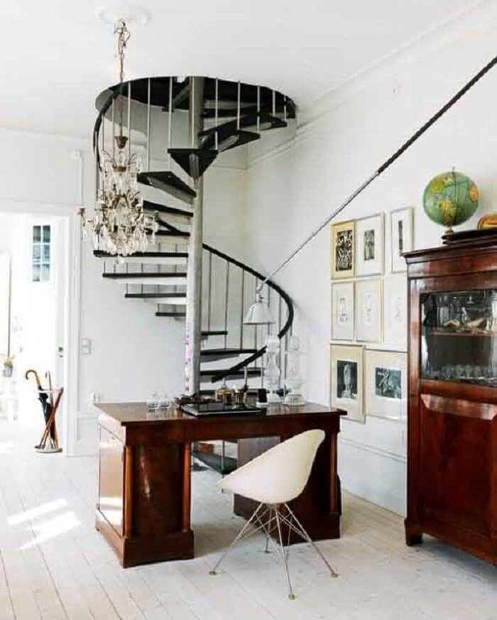 Sala pequena com escada em caracol preta