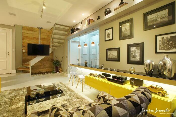 Sala pequena com escada em formato criativo maximiza a área de circulação do ambiente