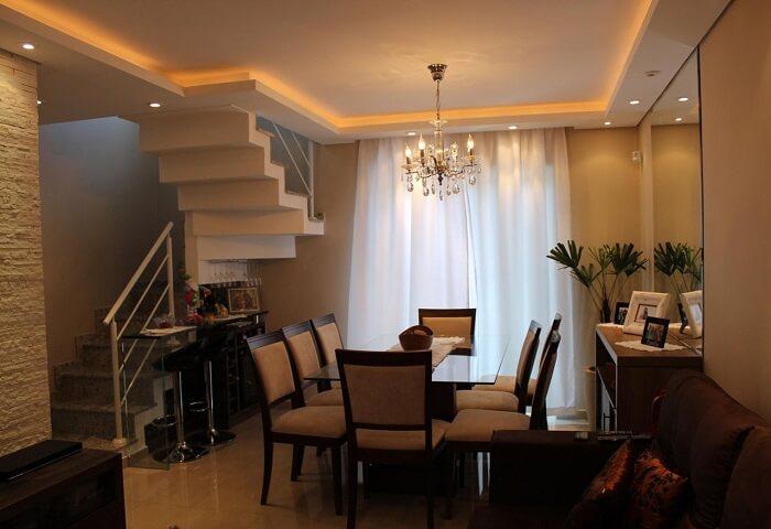 Sala pequena com escada flutuante de canto