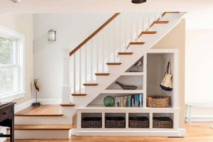 Sala pequena com escada vazada pode ser planejada para guarda itens e obejtos decorativos