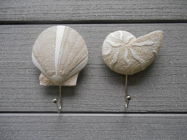 Gancho de parede feito com desenho de conchas do mar