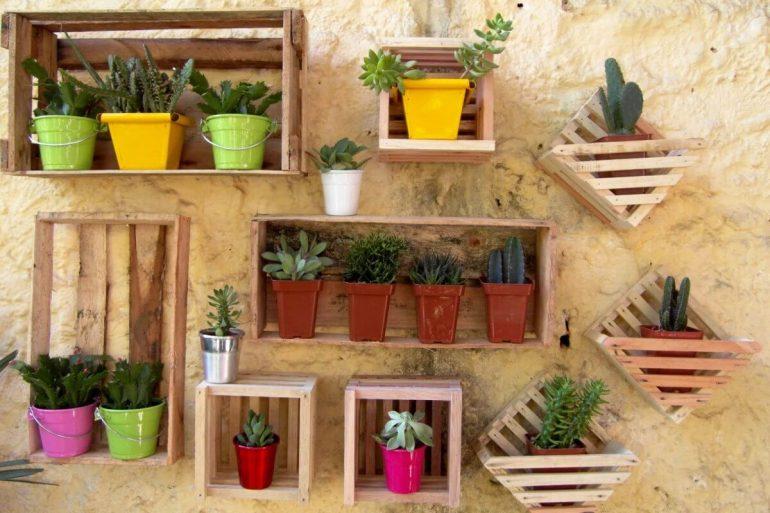 Seu jardim vertical fica super legal se você optar por uma decoração com caixotes de madeira