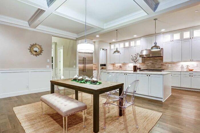 O tapete sisal se harmonizou com a mesa de madeira da cozinha