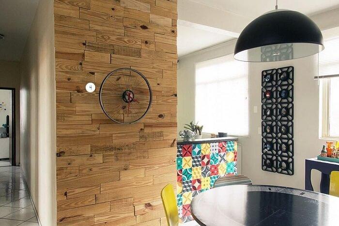 Sala de jantar com relógio de parede feito com aro de bicicleta
