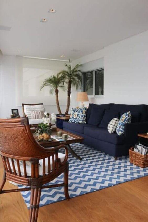 Sofa azul marinho na sala moderna
