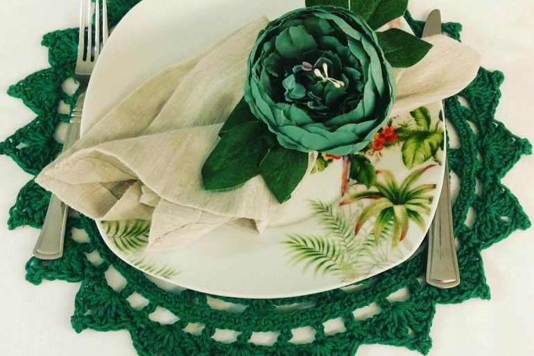 Sousplat de crochê verde com design floral